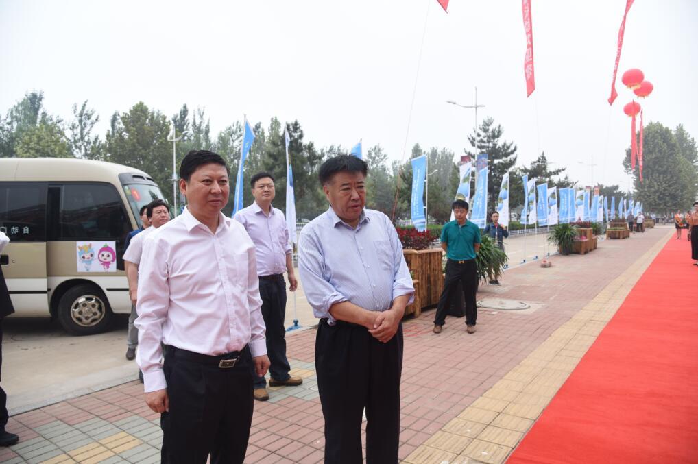秦皇岛市政府党组成员王建峰和中共卢龙县委书记鞠世闻观摩景点