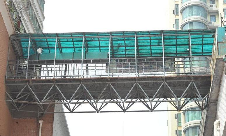 贵阳一简易钢架天桥横架高楼中间