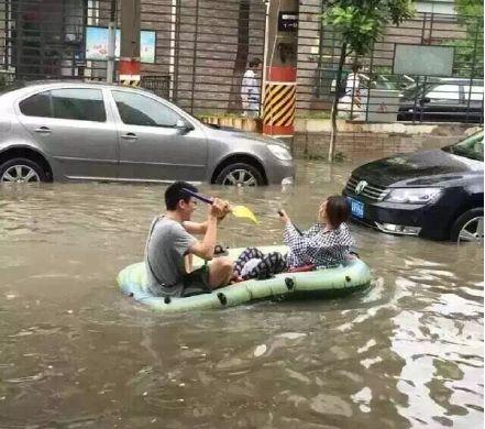 上海暴雨牌照_上海暴雨积水 市民划皮划艇出行