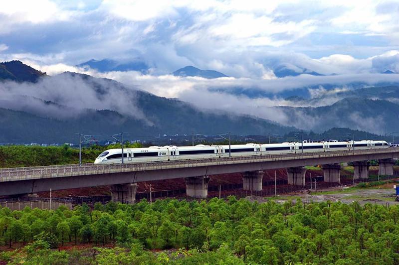 6月28日,一列动车在合肥至福州的崇山峻岭中穿行。(人民网记者 史家民摄) 6月28日,合肥至福州高铁开通运营。开通后,福州至合肥最快列车的运行时间由原来的8小时缩至4小时内,福州至北京最快列车的运行时间由原来的10小时以上缩至8小时内。值得一提的是,福州到黄山的最快旅行时间由原来的14小时39分缩至2小时15分。 合福高铁起于安徽省合肥市,途径安徽巢湖、铜陵、芜湖、宣城、黄山市,江西省上饶市以及福建省南平、宁德至福州,线路全长850公里,设合肥南、巢湖东、铜陵北、黄山北、婺源、上饶、武夷山北、南平北、