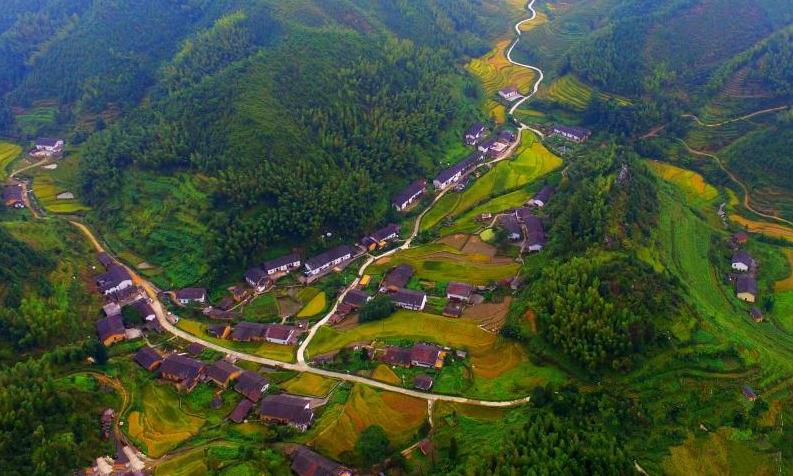 2015年9月23日航拍的江西省赣州市崇义县小坑村梯田群.