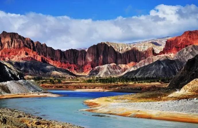 青海的贵德县地处黄河谷地,在扎仓山沟,有一处很著名的温泉胜地,即