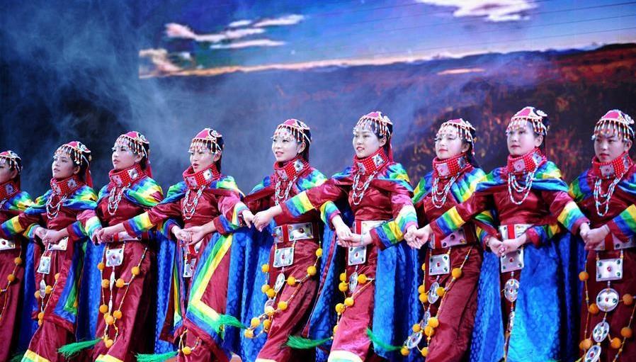 9月21日,西藏拉萨中学学生在庆典活动上表演舞蹈《古海神韵》.