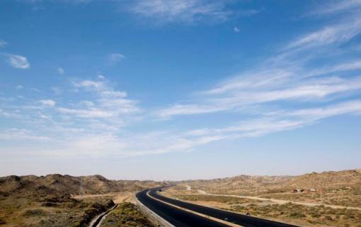 京新高速临河至白疙瘩段黑色路面全线贯通