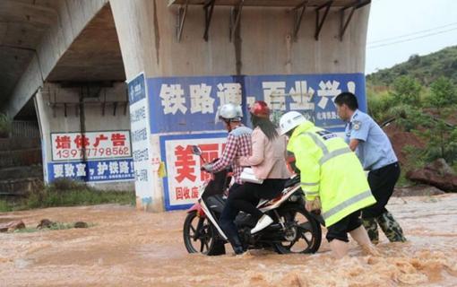 广西钦州遭暴雨袭城