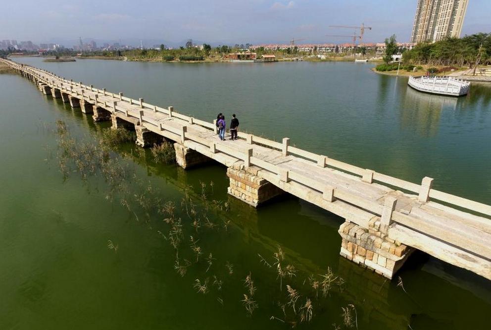 安平桥位于中国福建省泉州市晋江安海镇和泉州市南安水头镇之间的海湾