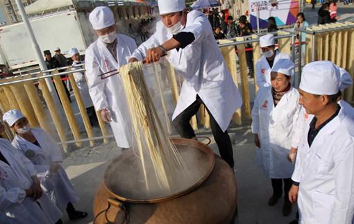 昆明东川美食节 市民品尝299种面条