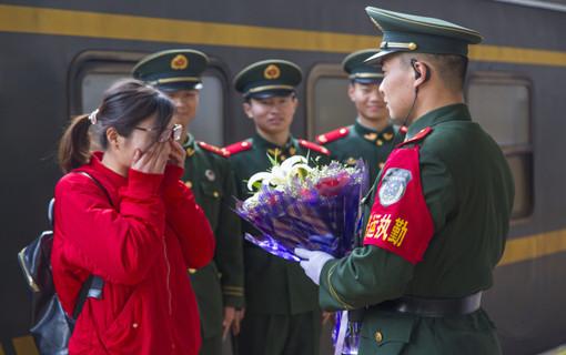 春运站台感人一幕:站台上的别样婚礼