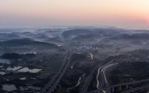 广西:高铁成快捷交通线更成脱贫发展线